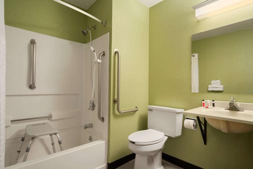 Super 8 by Wyndham Ithaca - Ithaca - Bathroom