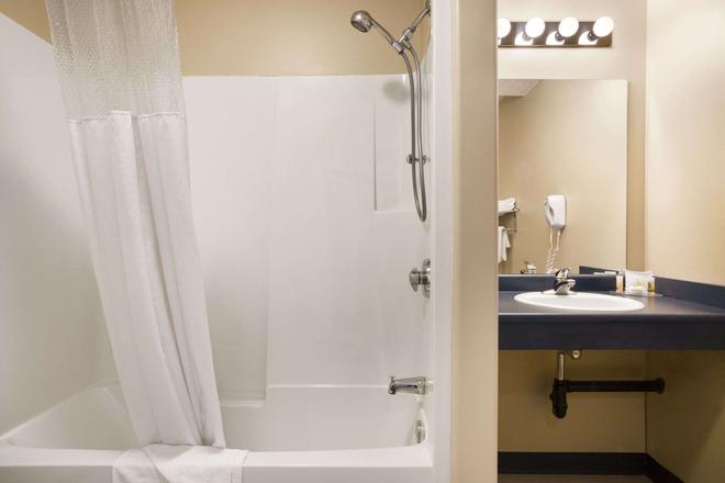 Days Inn by Wyndham Hinton - Hinton - Bathroom