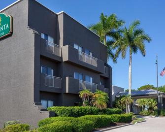 La Quinta Inn & Suites by Wyndham Ft. Myers-Sanibel Gateway - Fort Myers - Building