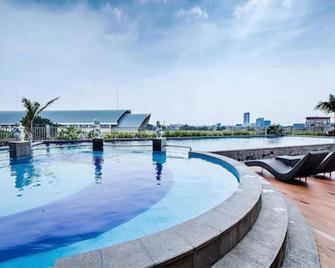 Beston Hotel Palembang - Palembang - Pool