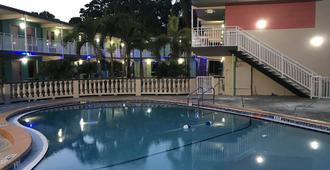 Tropical Inn & Suites - Clearwater - Πισίνα