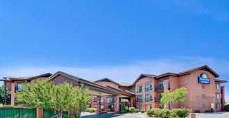 Days Inn & Suites by Wyndham Page Lake Powell - Page - Building
