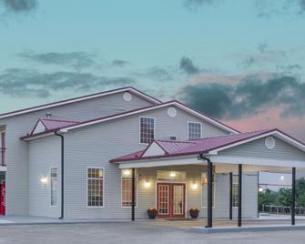 Super 8 by Wyndham Talladega AL - Talladega - Building