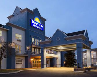 Days Inn & Suites by Wyndham Brooks - Brooks - Building