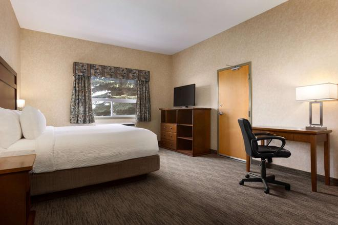 Days Inn & Suites by Wyndham Brooks - Brooks - Bedroom