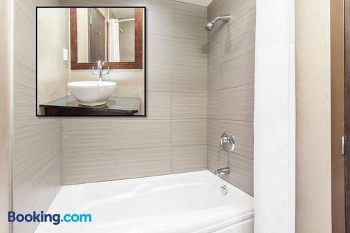 Ambassadeur Hotel - Québec City - Bathroom