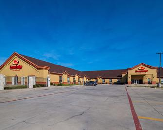 Econo Lodge Inn and Suites Bridgeport - Bridgeport - Building