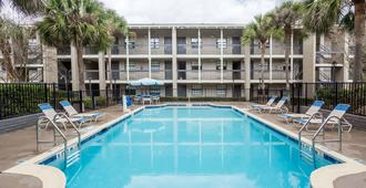 Baymont by Wyndham Tallahassee Central - Tallahassee - Piscina