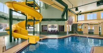 Super 8 by Wyndham Calgary Shawnessy Area - Calgary - Bể bơi