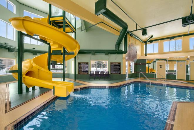Super 8 by Wyndham Calgary Shawnessy Area - Calgary - Pool