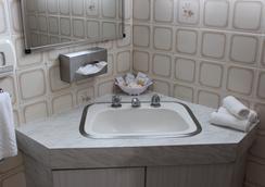 Golden Harvest Motor Inn - Moree - Bathroom