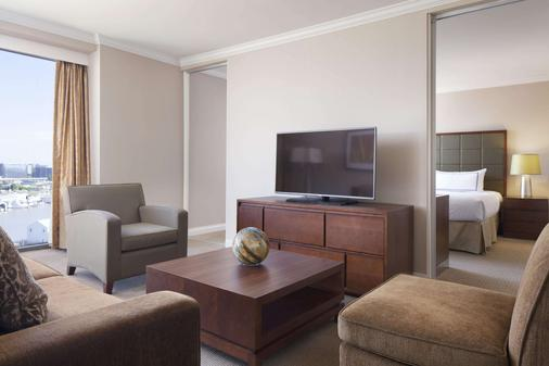 Pacific Gateway Hotel at Vancouver Airport - Richmond - Living room