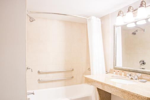 Wingate by Wyndham Champaign - Champaign - Bathroom