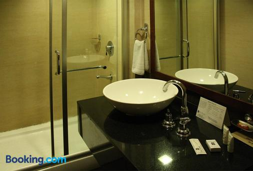 Quality Inn & Suites River Country Resort - Manāli - Bathroom