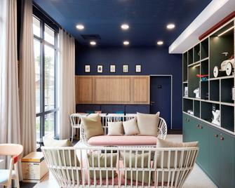 Aparthotel Adagio Paris Suresnes Longchamp - Сюрен - Вітальня