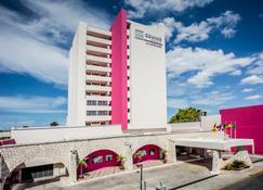 Gamma de Fiesta Inn Mérida El Castellano - Mérida - Building