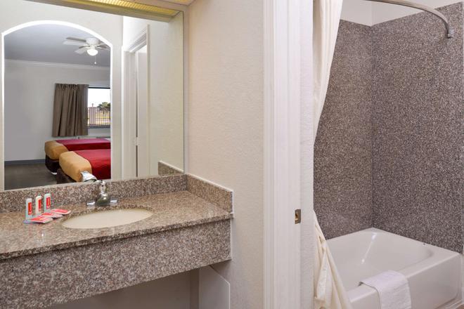 Econo Lodge & Suites Port Arthur - Port Arthur - Bathroom