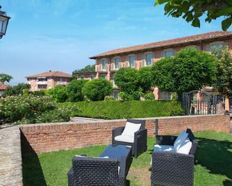 Hotel Castello di Santa Vittoria - Alba - Patio