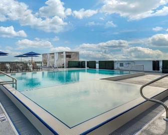 Cambria Hotel St Petersburg-Madeira Beach Marina - Madeira Beach - Pool