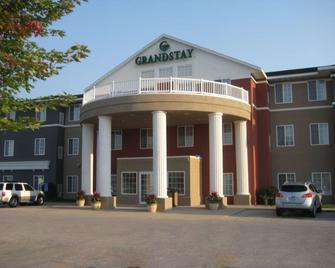 GrandStay Hotel and Suites Ames - Ames - Building