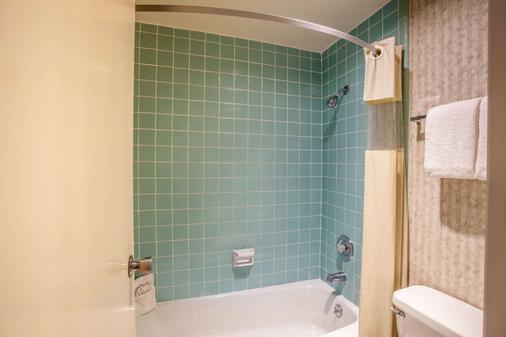Travelodge by Wyndham Monterey Bay - Monterey - Bathroom