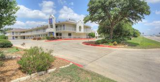 Motel 6 San Antonio - Fiesta - San Antonio - Building
