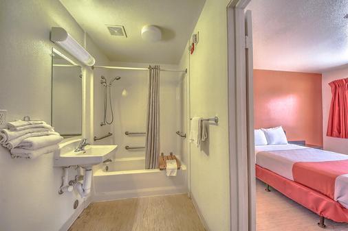 Motel 6 San Antonio - Fiesta - San Antonio - Bathroom