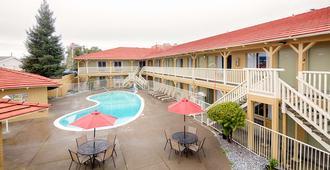 Red Lion Inn & Suites Redding - רדינג - בריכה