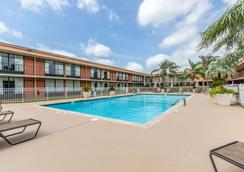 Clarion Inn - Morgan City - Pool
