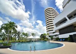 拉薩達街酒店 - 會議活動的理想場所 - 董里 - 董里 - 游泳池