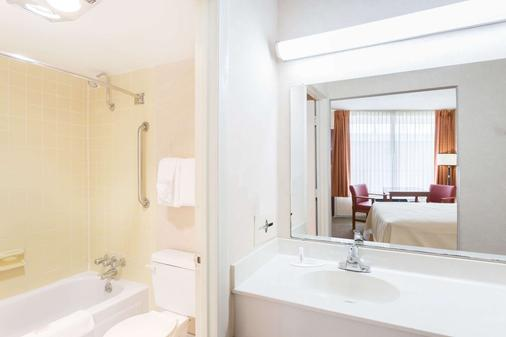 Days Inn by Wyndham Goldsboro - Goldsboro - Bathroom