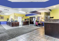 Days Inn by Wyndham Goldsboro - Goldsboro - Lobby