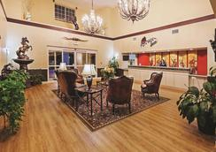 La Quinta Inn & Suites by Wyndham Weatherford - Weatherford - Lobby