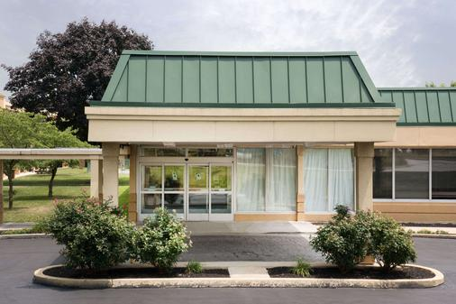 Days Inn & Suites by Wyndham York - York - Building