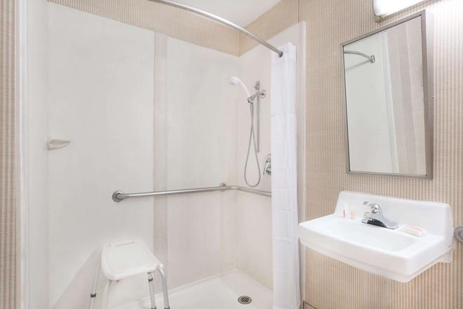 Days Inn & Suites by Wyndham York - York - Salle de bain