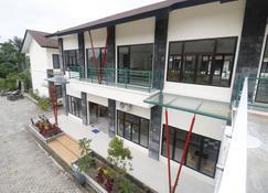 RedDoorz Plus near Kualanamu Airport - Medan - Gebäude