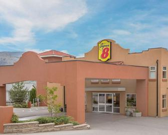 Super 8 by Wyndham Osoyoos - Osoyoos - Κτίριο