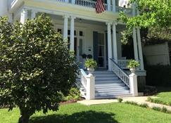 Bisland House Bed and Breakfast - Natchez - Building