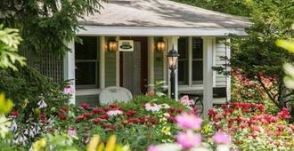 Hidden Garden Cottages & Suites - Saugatuck - Outdoors view