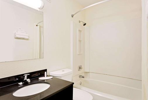 田納西詹森城速 8 酒店 - 約翰遜城 - 約翰遜城 - 浴室