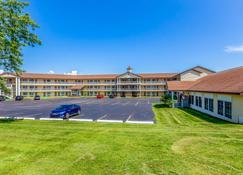Quality Inn Lakefront - Saint Ignace - Building