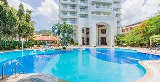 Waterfront Suites Phuket by Centara - קארון - בריכה