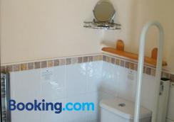 Harlequin Guest House - Weymouth - Bathroom