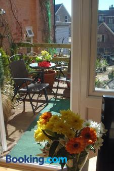 Harlequin Guest House - Weymouth - Patio