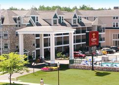 Crown Choice Inn & Suites Lakeview & Waterpark - Mackinaw City - Building