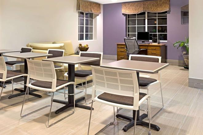 Microtel Inn & Suites by Wyndham Denver - Denver - Lobi