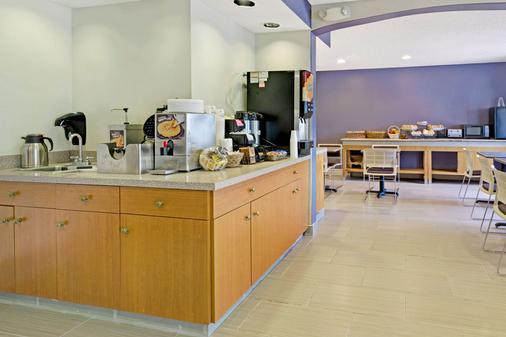 Microtel Inn & Suites by Wyndham Denver - Denver - Buffet