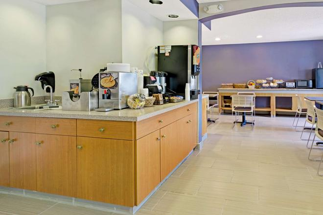 Microtel Inn & Suites by Wyndham Denver - Denver - Buffet