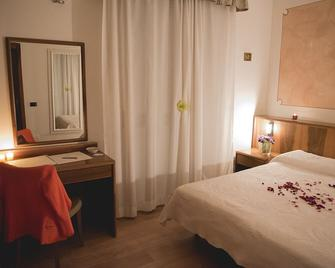 Hotel Continental - Lovere - Camera da letto
