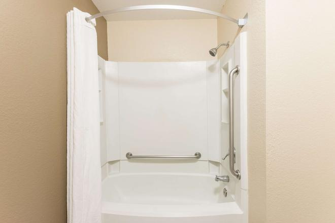 Super 8 by Wyndham Springfield East - Springfield - Bathroom